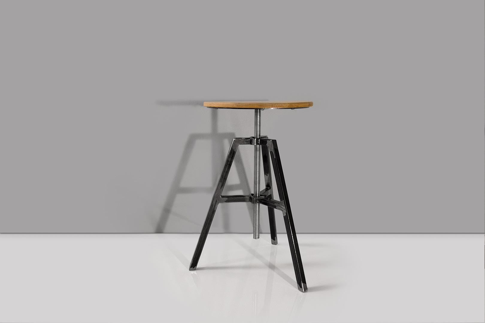 Gesamtansicht des höhenverstellbaren Hockers von bellovillo.de. Stabile Metallkonstruktion und Eichenholzsitzfläche