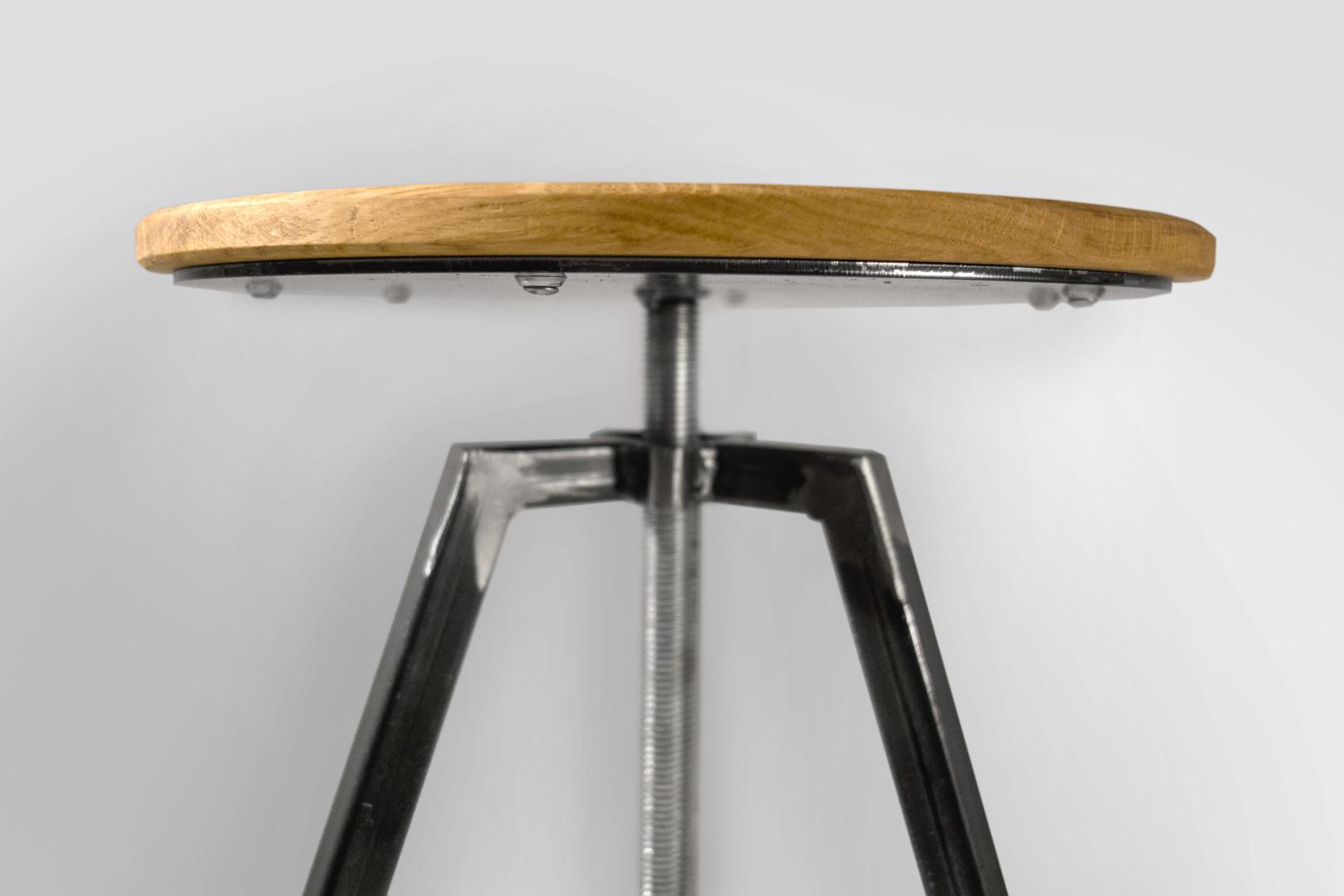 Nahaufnahme der Sitzfläche aus Eichenholz. Stabile Stahlkonstruktion im Industrial Look. Der Perfekte, höhenverstellbare Hocker