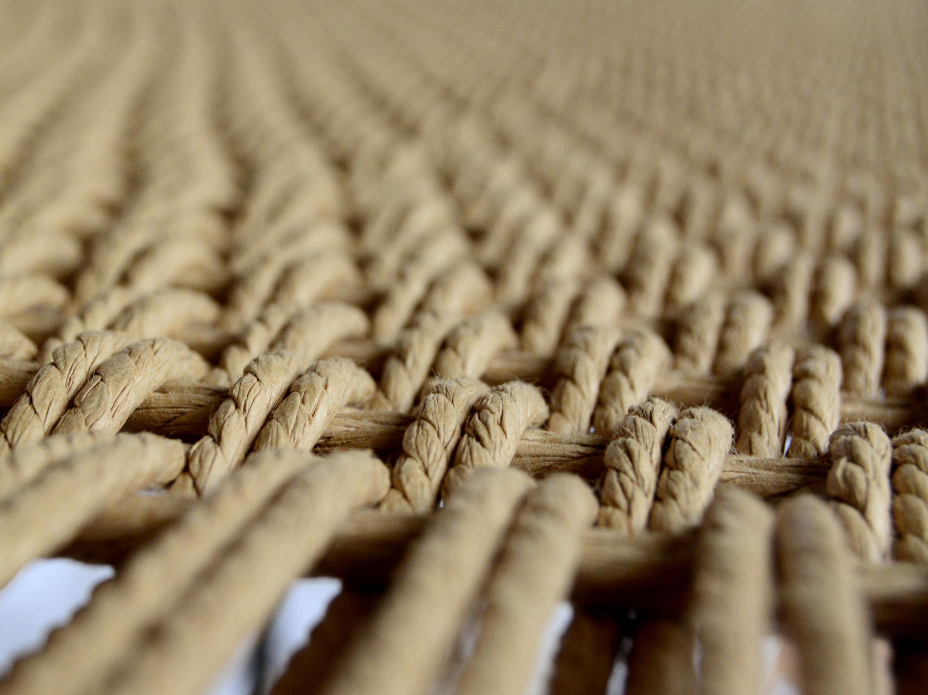 Nahaufnahme der Sitzfläche. Modernes Design und traditionelles Handwerk vereint in der Sitzbank