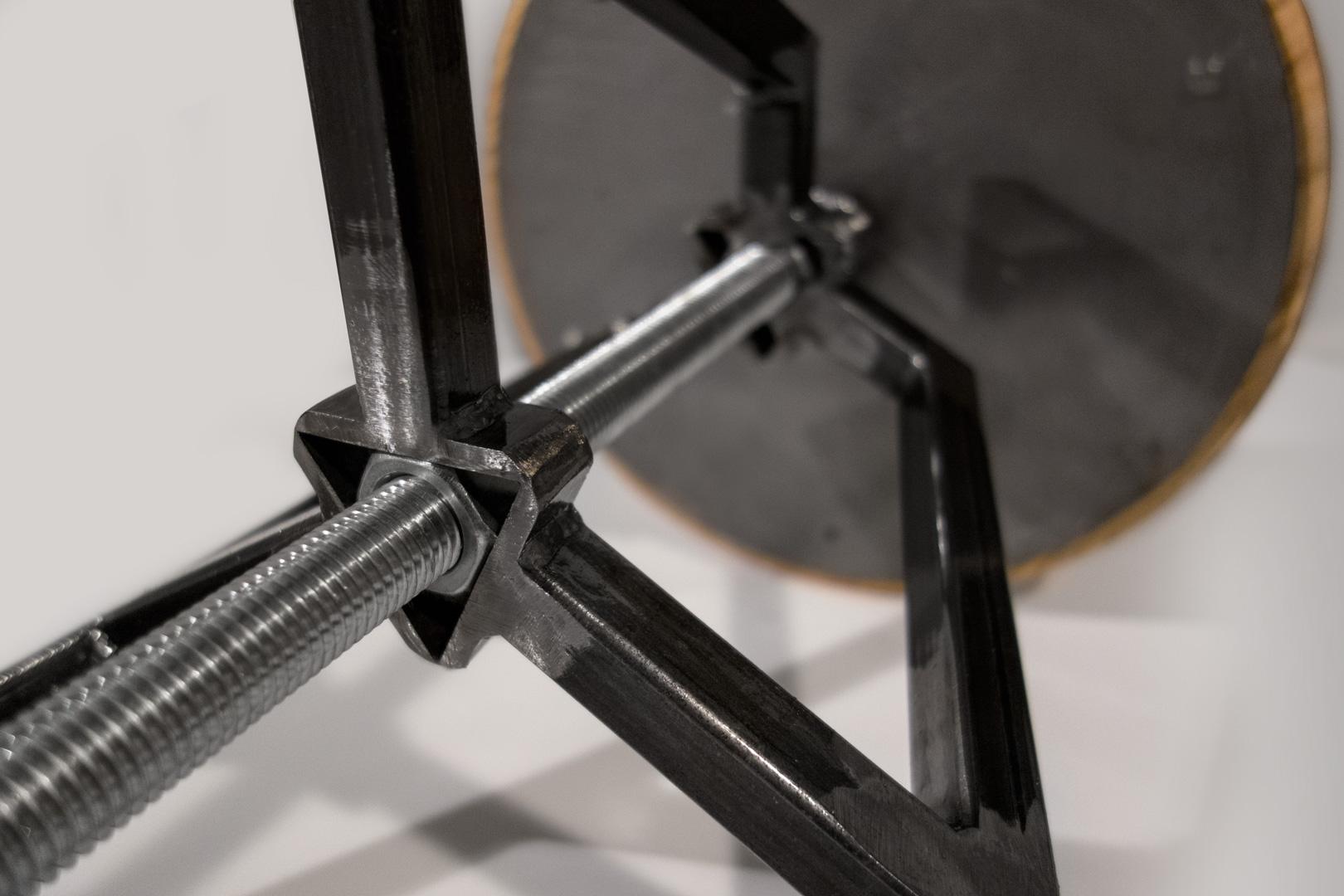Detailaufnahme der unteren Führung des Drehhockers. Kein Wackeln der Sitzfläche.